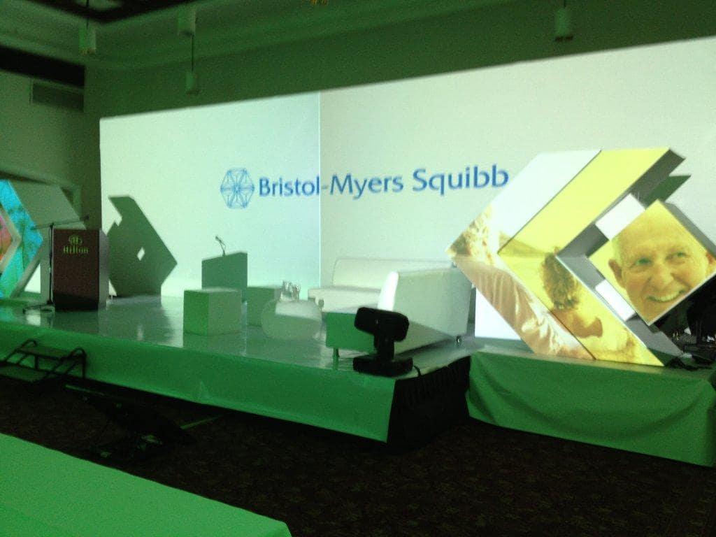 Tarimas con iluminación, proyección, vídeo Mapping 3D en Logo de la marca
